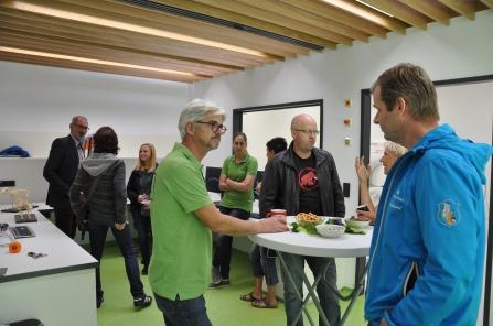 GF Mag. Rupert Wassermann und die Radiologin Bianca Strigl im Gespräch mit interessierten Kunden und Kollegen.